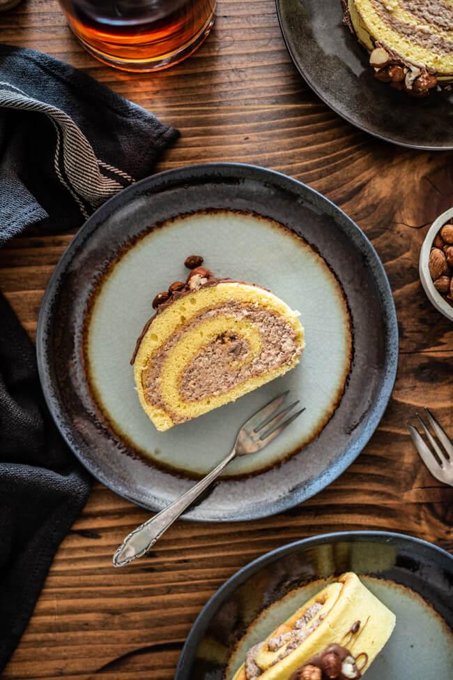 Nussroulade glutenfreie Nuss Bisquitrolle mit Nussfüllung Bisquit Rolle Kuchen backen Schokolade Mandeln Haselnüsse Amaretto Schokolade Sonntagskuchen Feiertag