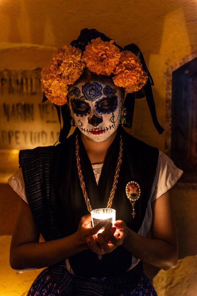 Dia de los Muertos Oaxaca de Juaréz Totenkopf Catrina Make Up Frau geschminkt Tag der Toten Mexiko Friedhof