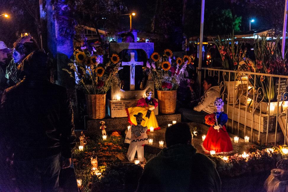 Dia de los Muertos Oaxaca de Juaréz Tag der Toten Mexiko Friedhof Blumenschmuck