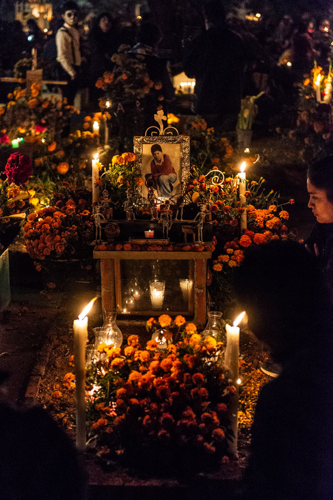 Dia de los Muertos Oaxaca de Juaréz Tag der Toten Mexiko Friedhof Blumenschmuck traditionell Familien Feierlichkeiten