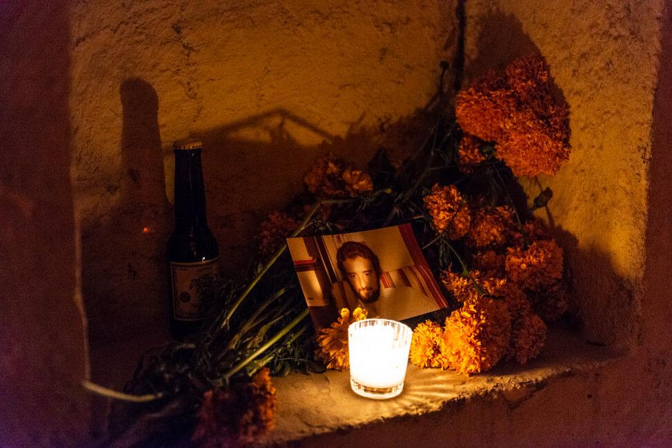 Dia de los Muertos Oaxaca de Juaréz Tag der Toten Mexiko Friedhof Grad Altar Blumen Kerzen Ofrendas