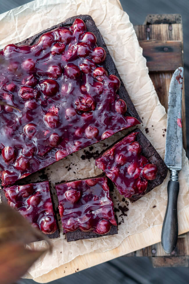 Gewürz-Brownies mit Glühwein-Kirschen