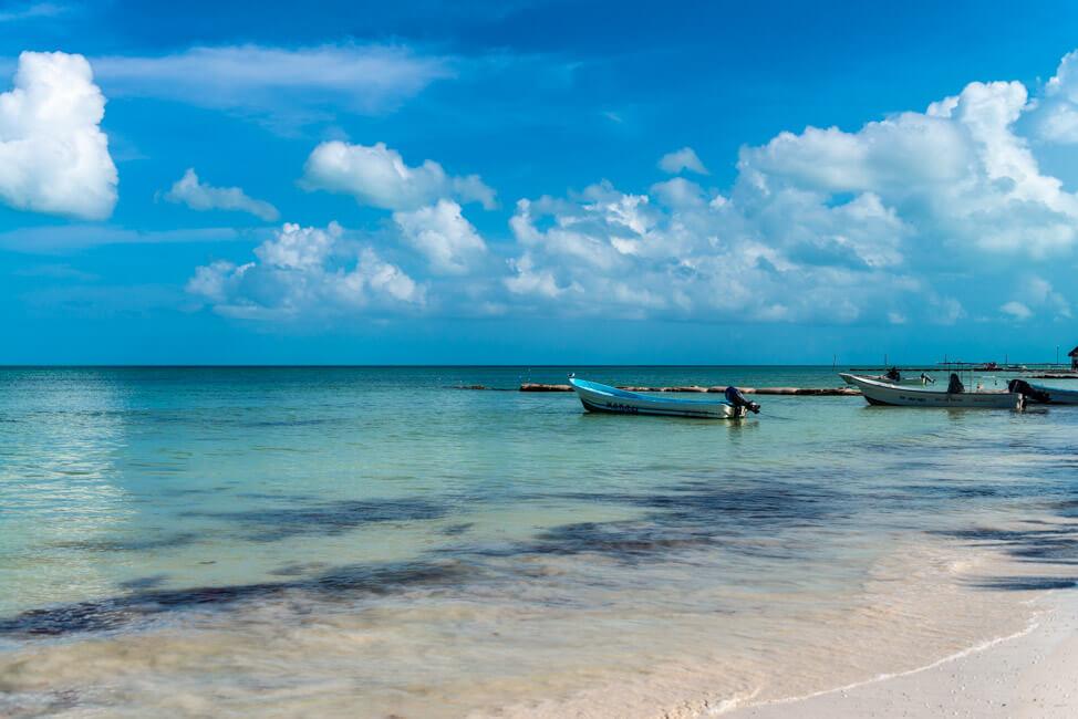 Isla Holbox Mexiko weißer Sandstrand Traumstrand Meer Boote türkisblaues Meer Karibik