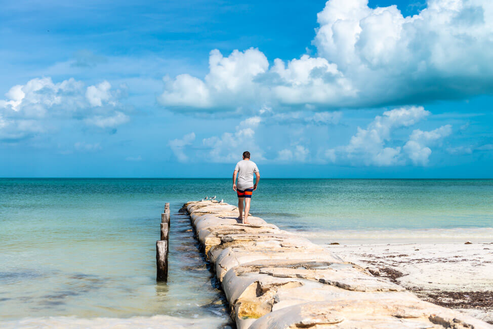 Isla Holbox Mexiko weißer Sandstrand Traumstrand Meer Boote türkisblaues Meer Karibik Steg Wellenbrecher