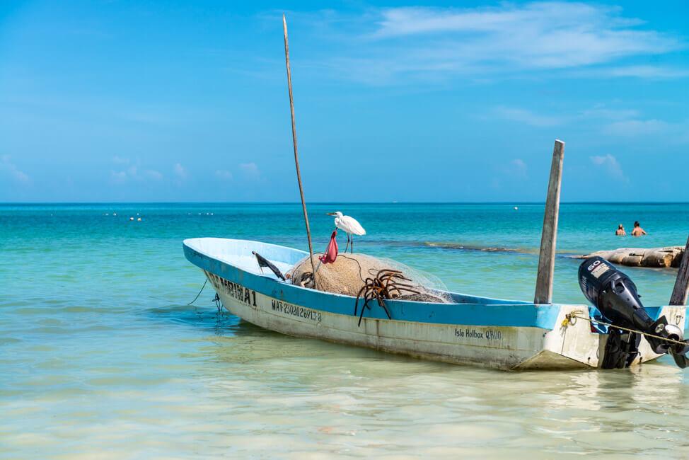 Isla Holbox Mexiko weißer Sandstrand Traumstrand Meer Boote türkisblaues Meer Karibik Möwen Fischerboot