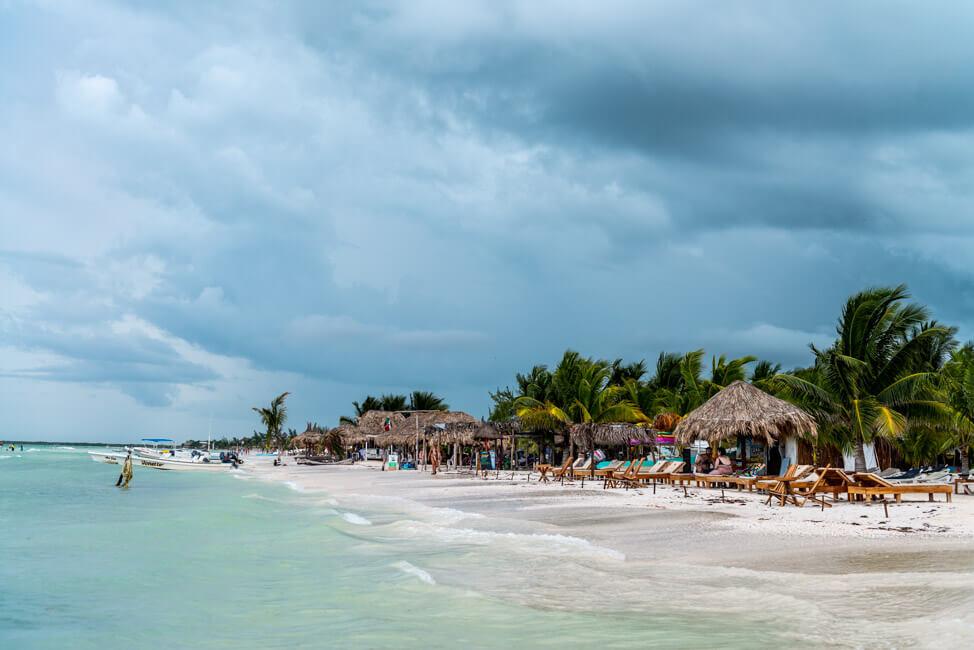 Isla Holbox Mexiko weißer Sandstrand Traumstrand türkisblaues Meer Karibik Strandbar Palapas