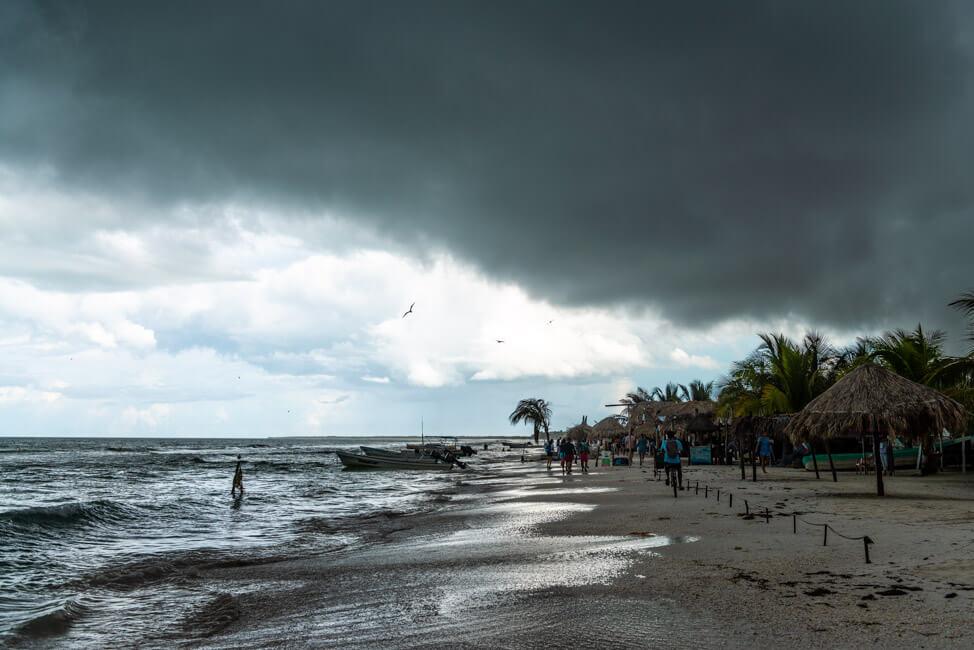 Isla Holbox Mexiko weißer Sandstrand Traumstrand türkisblaues Meer Karibik Strandbar Palapas Gewitter