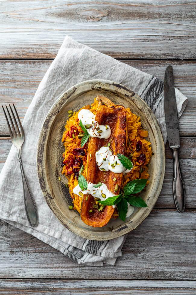 Delicata Kürbis mit ORangenbutter und persischem Safranreis mit Cranberries vegetarisch orientalisch veggie Gemüse Winter Ofengericht backen Pistazien Safran