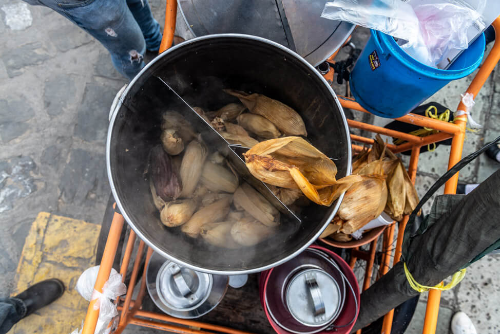 Oaxaca de Juaréz Mexiko Streetfood Früstück Tamales Mole Hähnchen Straßenverkäufer