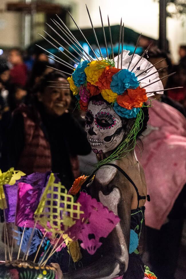 Oaxaca de Juaréz Mexiko Parade zum Dia de los Muertos Tag der Toten Umzug Totenköpfe Make Up