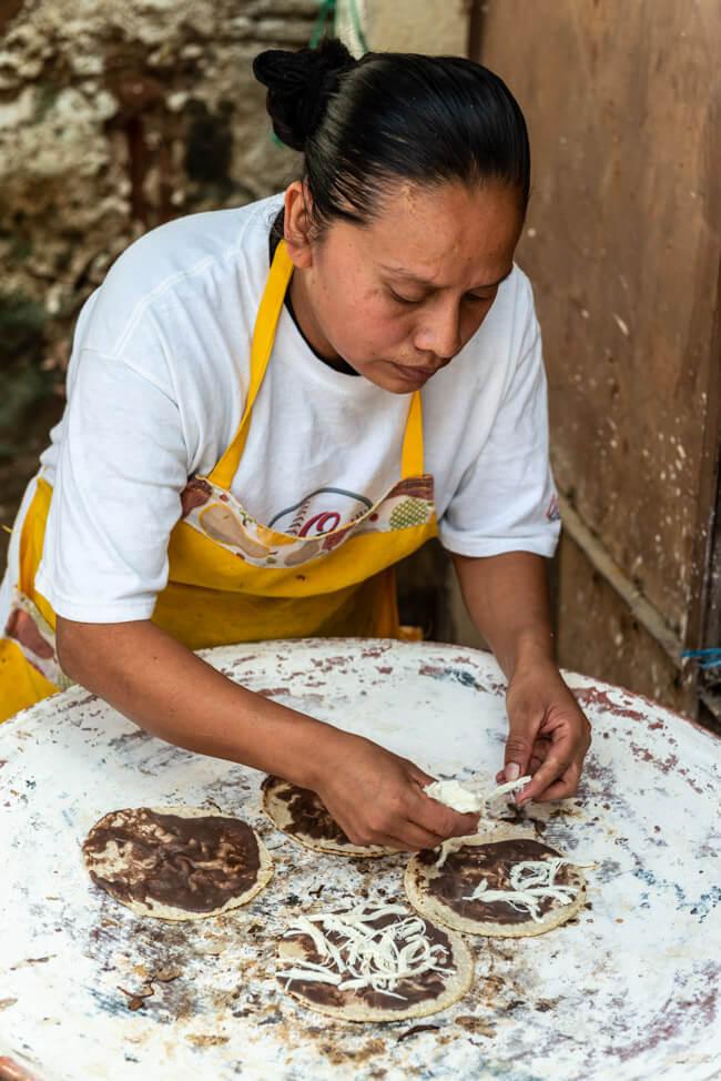 Oaxaca de Juaréz Mexiko Streetfood Mamelas Hähnchen Straßenverkäufer
