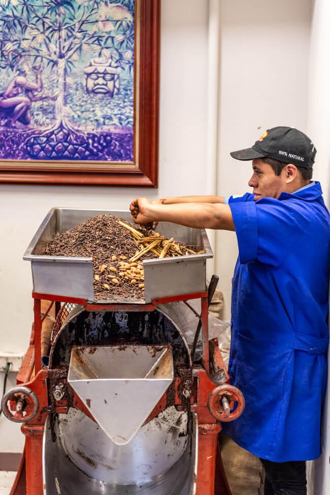 Oaxaca de Juaréz Mexiko Mayordomo Chocolateria Schokoladenherstellung Maya traditionell