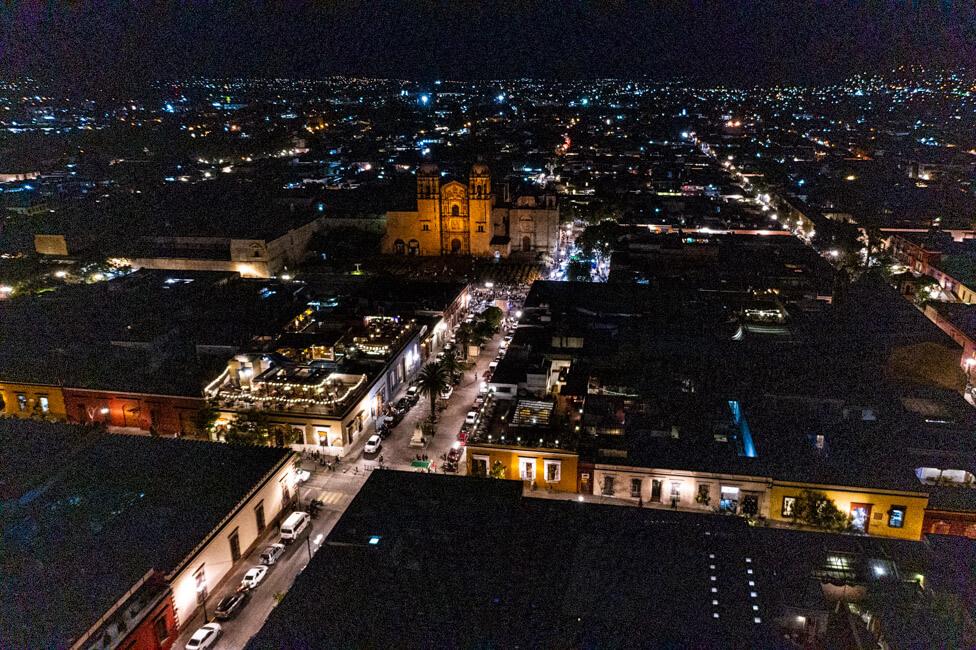 Oaxaca de Juaréz Mexiko Nacht Drohnenaufnahme von oben Drohne