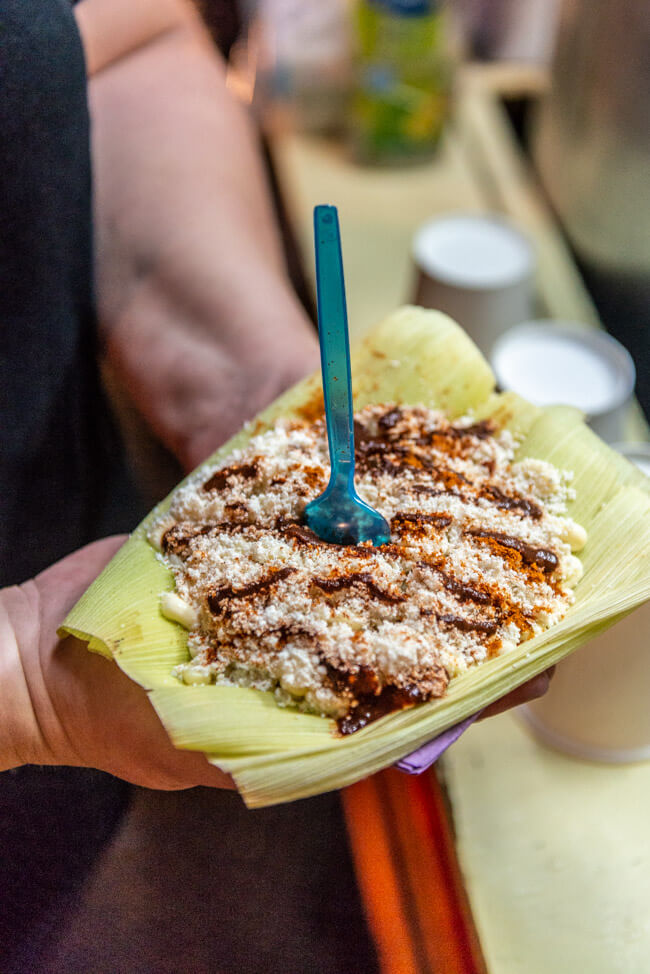 Oaxaca de Juaréz Mexiko Streetfood Esquites Mais mit Mayo Chili Limette und Käse