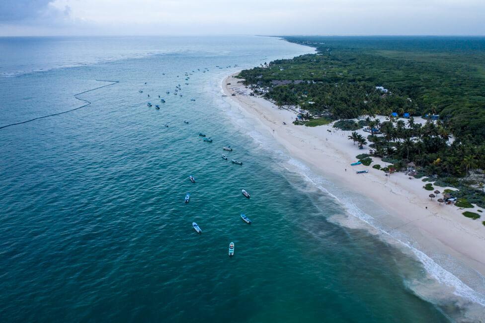 Mexiko Yucatan Tulum Strand Meer türkisblau Boote Bild Drohne Drohnenaufnahme von oben