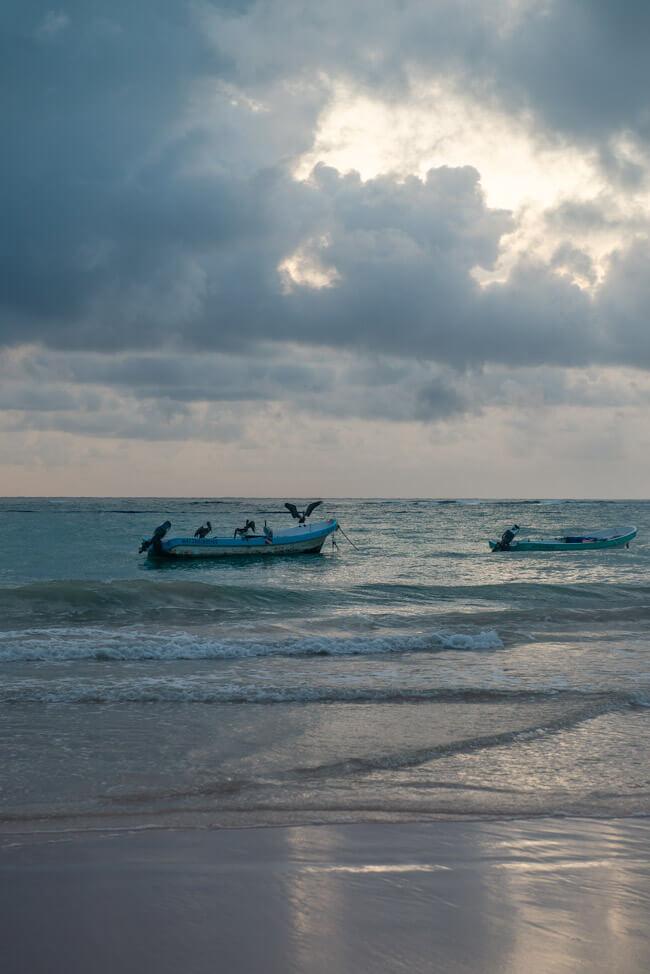 Mexiko Yucatan Tulum Strand Meer Pelikane auf Booten Fischerboote