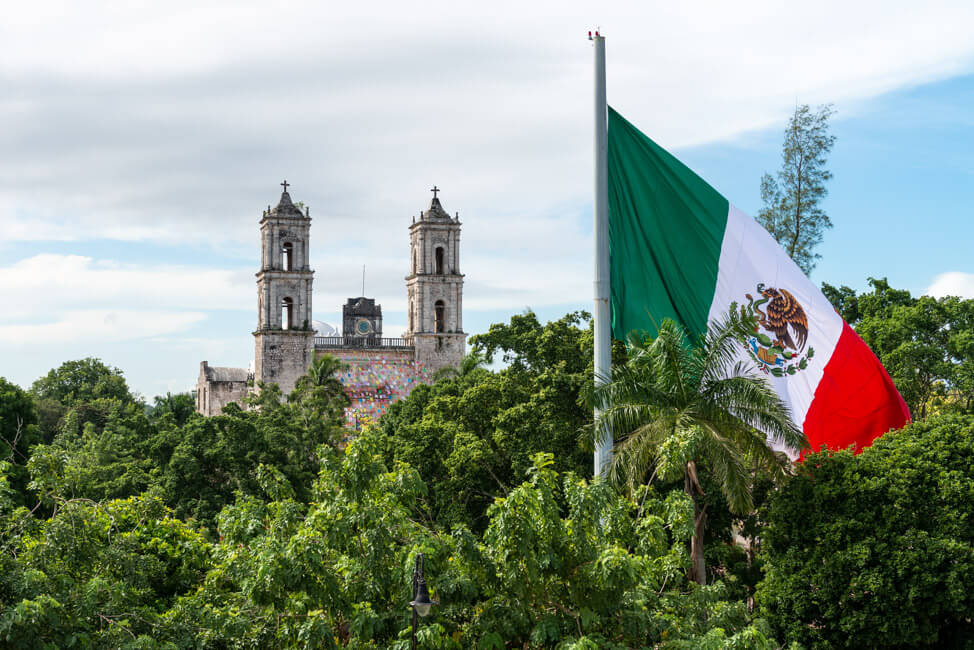 Valladolid Kirche Kathedrale Mexikanische Flagge