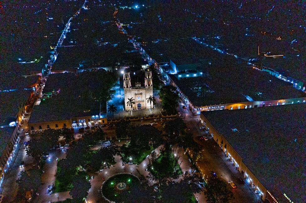 Valladolid Zentrum Kirche Kathedrale Iglesia de San Servacio bei Nacht Drohnenaufnahme Drohne Bild