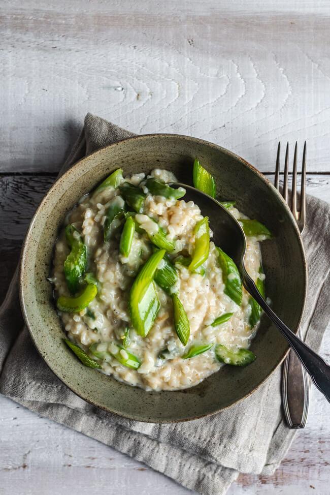 Cremiges Risotto mit Gorgonzola und karamellisiertem Staudensellerie Reis Blauschimmelkäse Weißwein Feierabend vegetarisch veggie Mascarpone