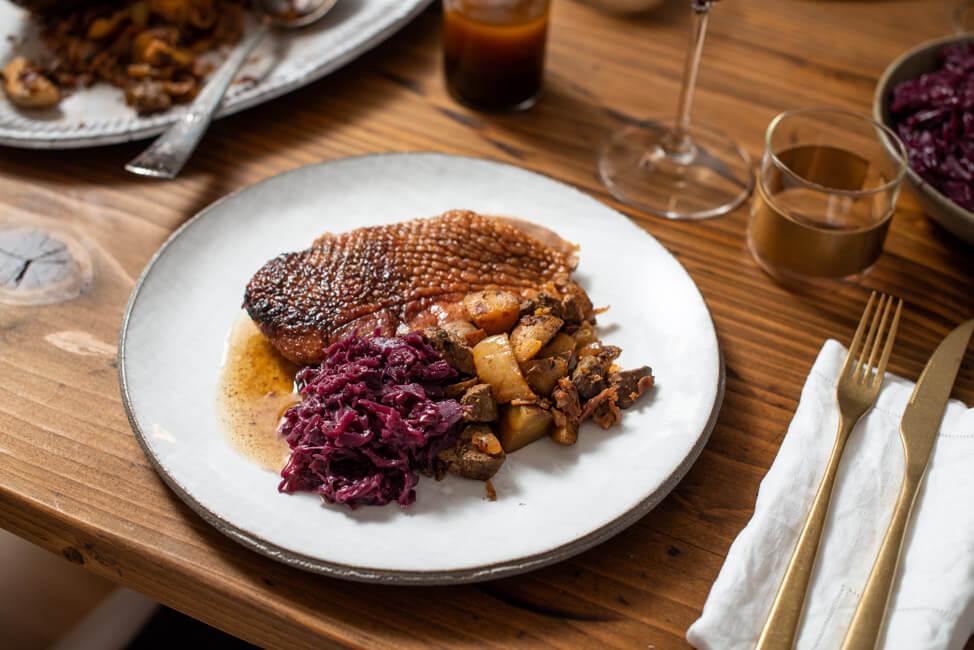Gefüllte Weihnachtsgans mit Leber Serrano Schinken Fenchel Kartoffeln und Rotkraut Blaukraut Portwein