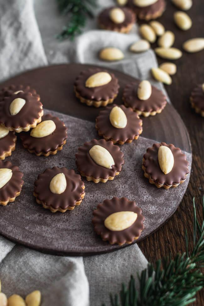 Hausfreunde Marzipan Plätzchen mit Schokolade Weihnachtsplätzchen Mandeln Johannisbeergelee Vollmilchschokolade Weihnachten backen Kekse