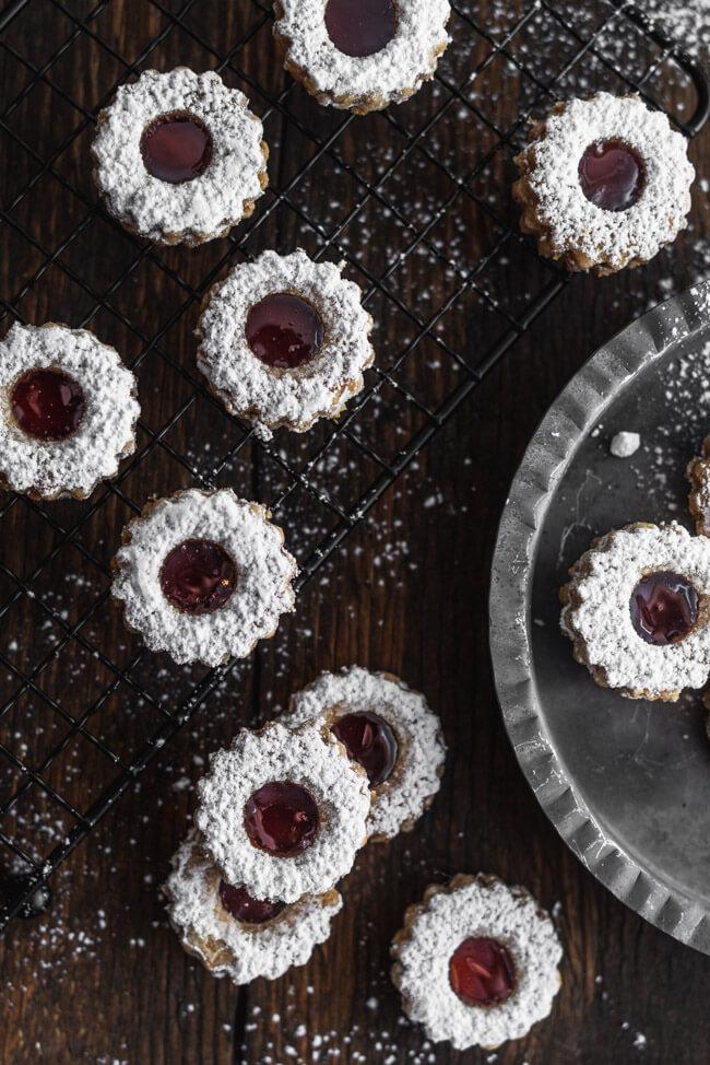 Klassische Spitzbuben Linzer Plärtchen rotes Johannisbeergelee Puderzucker Weihnachtsplätzchen mürbe zart süß Advent backen mit Kindern