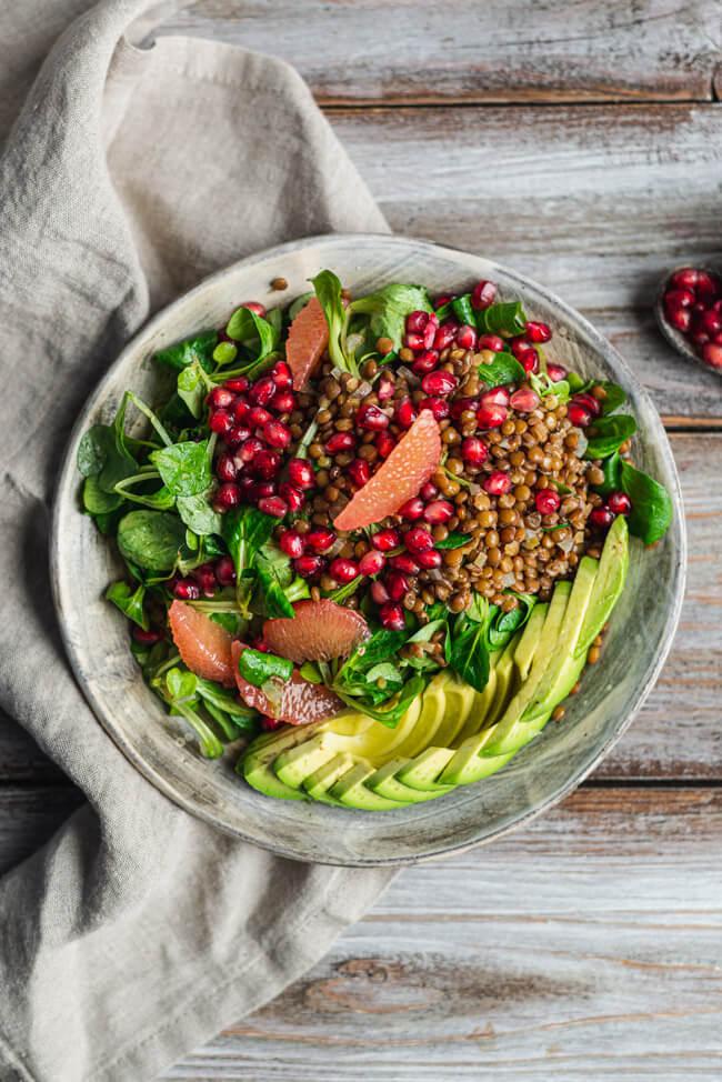 Winterlicher Linsensalat mit Grapefruit und Granatapfel Avocado vegan vegetarisch veggie Winter Feldsalat Padina Linsen Salat Feierabend gesund lowcarb glutenfrei