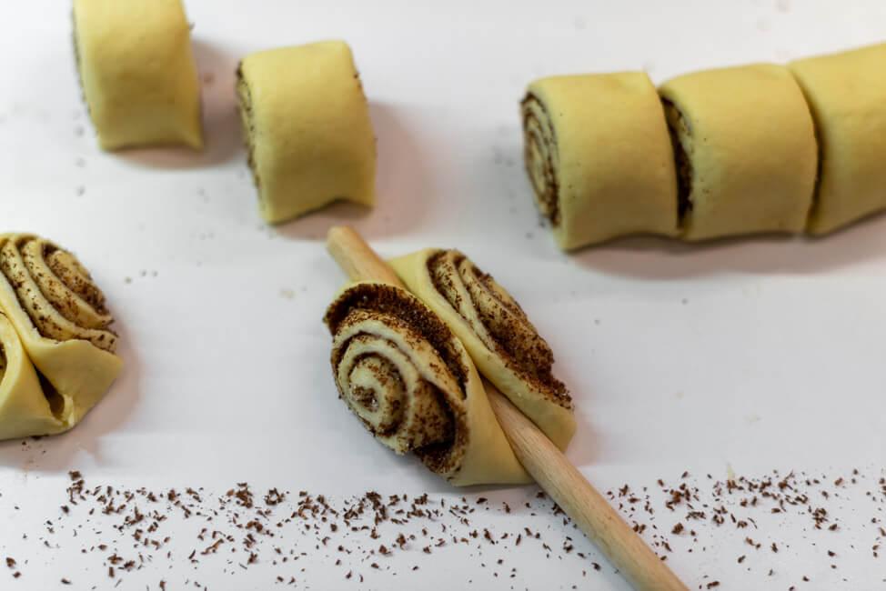 Schokoladen Franzbrötchen mit Kochlöffel formen Hamburger Spezialität Plundergebäck