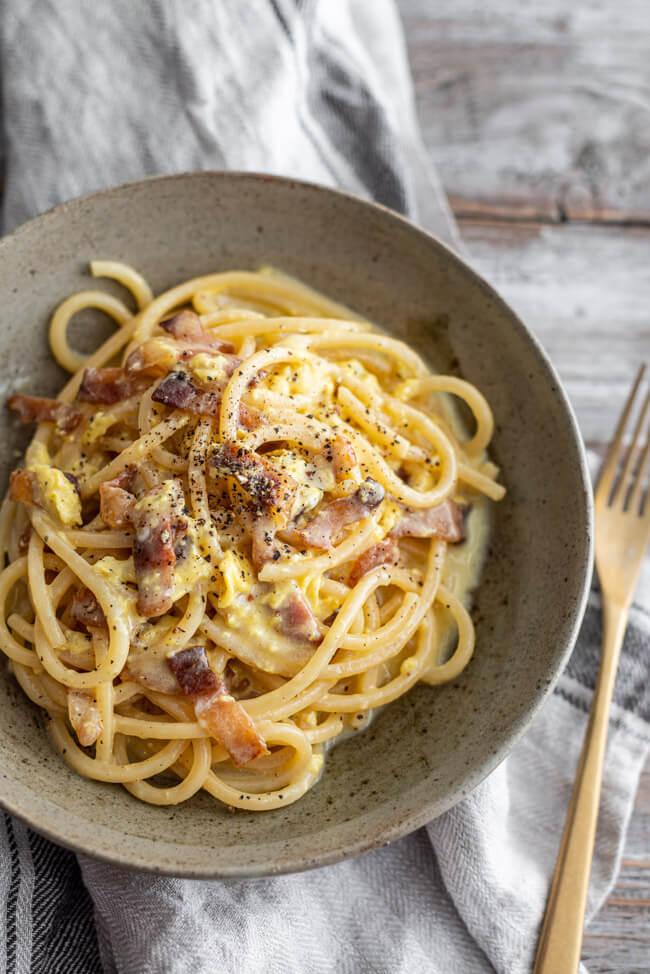 Original italienische Spaghetti Carbonara mit Peccorina Guanciale Ei und schwarzem Pfeffer Italien Originalrezept Hausmannskost Traditionelles Gericht