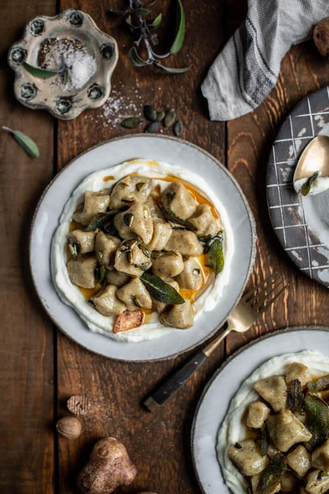 Topinambur Gnocchi mit brauner Butter frittiertem Salbei und cremig geschlagenem Ricotta Parmesan Knoblauch Kürbiskerne Pasta selbstgemacht Wurzelknolle saisonal Winter Januar regional