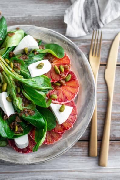 Wintersalat mit Blutorangen und Ziegenkäse Frischkäse Pistazien Balsamico Vinaigrette Olivenöl vegetarisch Feldsalat