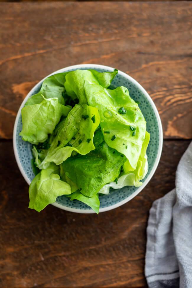 Blattsalat mit Wiener Marinade Schnittlauch Tafelessig Sonnenblumenöl Vinaigrette Salz Pfeffer Zucker einfach