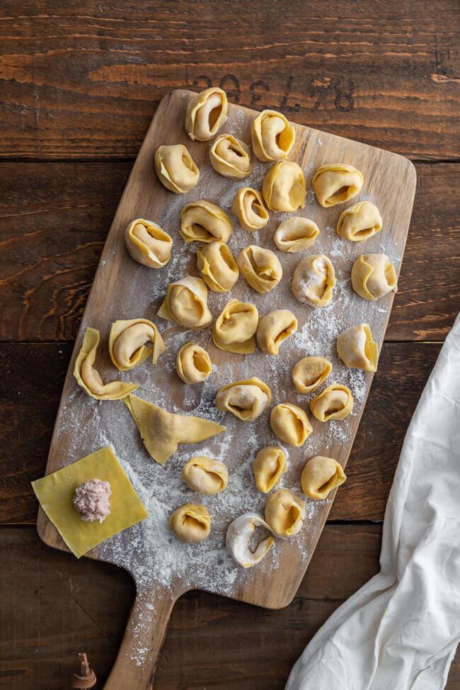 Cotechino Capellacci auf Linsen aus Kitchen Impossible Gennaro Contaldo Tim Mälzer Jamie Oliver Haya Molcho Pasta falten Nudelteig Pastateig Nudeln Italien italienisch Original Rezept