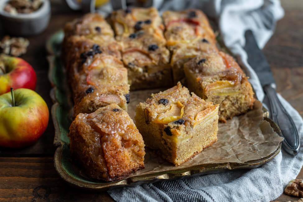 Griechischer Apfelkuchen mit Olivenöl Walnüsse Rosinen Zimt Blechkuchen einfach upside down cake Familienrezept Kreta Griechenland Sonntagskuchen backen