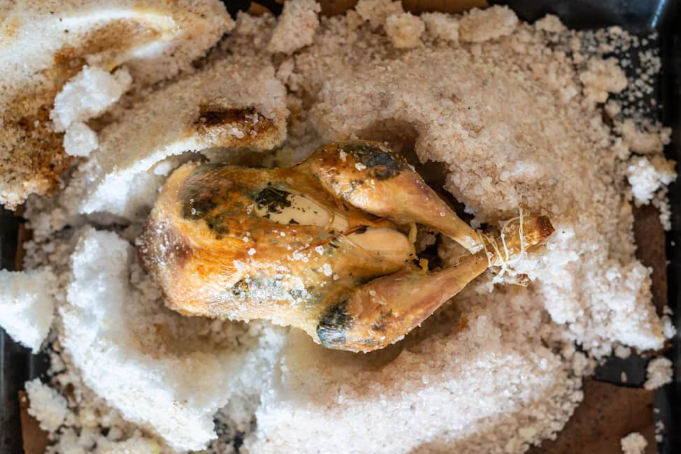 Poularde in Meersalzkruste aus Kitchen Impossible Franz Keller Tim Mälzer Vogtsburg im Kaiserstuhl klassisch französische Küche Anibal Strubinger Schwarzer Adler Hühnchen Salzkruste