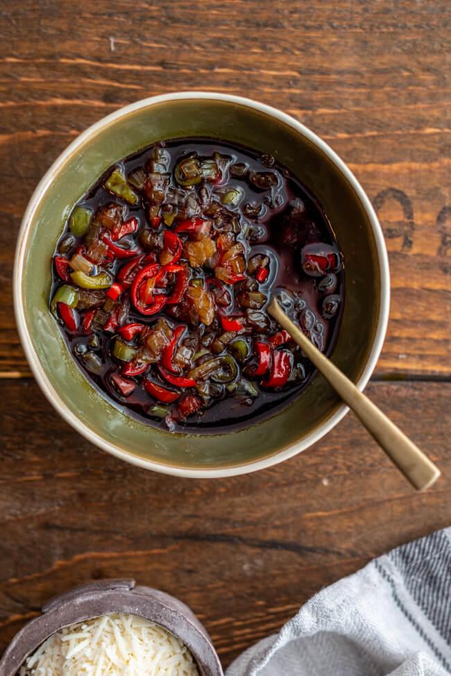 Salsa Topping für Wiener Reisfleisch aus Kitchen Impossible Mraz & Sohn Wien Markus Mraz Chili Zwiebeln Kürbiskernöl Apfelbalsam
