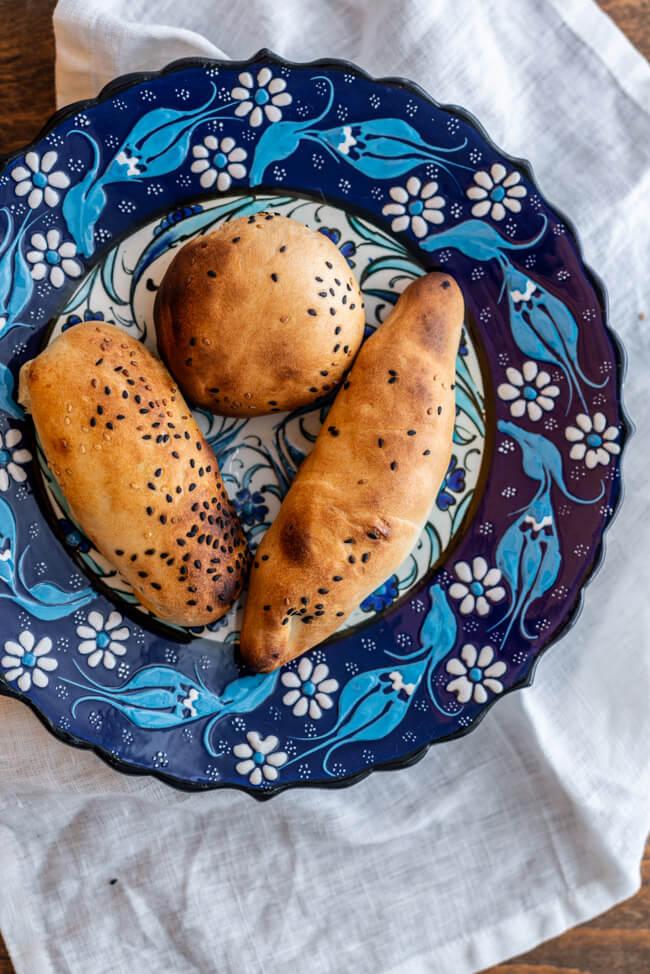 Somsa gefüllte Teigtaschen aus Usbekistan Taschkent Mavlon Tim Mälzer Max Strohe Ofen 200°C Sesam vegetarisch vegan fleisch Rind Backen Streetfood traditionell Gebäck Kürbis Spinat Minze Kreuzkümmel Samsa