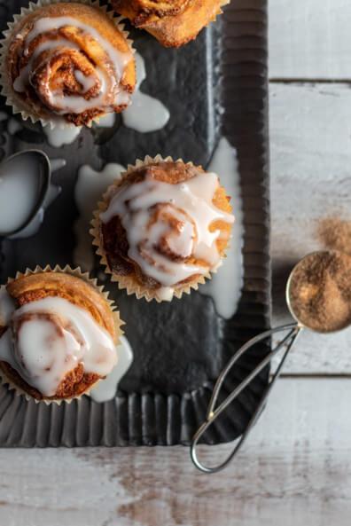 Zimtschnecken Muffins mit Glasur Zimt Hefeteig Hefegebäck Zitronenglasur Puderzucker Butter National Muffins Day