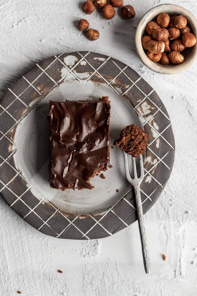 Saftiger Schoko Haselnusskuchen von Oliver Olli Lohmann Schokolade Haselnüsse Nüsse Nusskuchen Blechkuchen backen für anfänger einfach