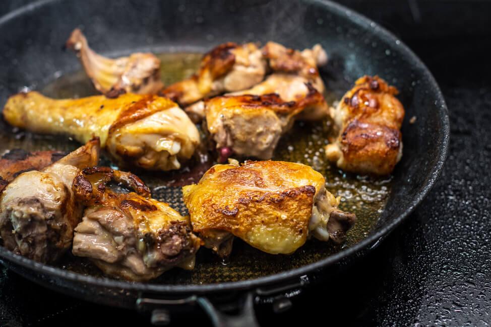 Hähnchen und Kaninchen Olivenöl scharf anrösten Schritt für Schritt