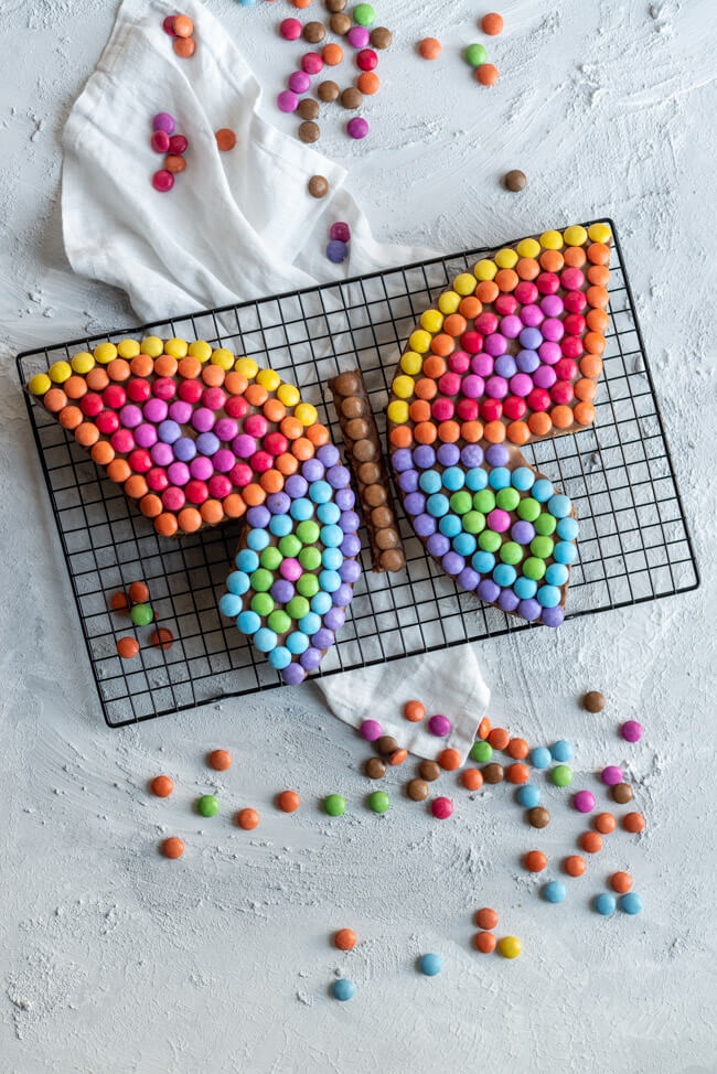 Schmetterlingskuchen mit Smarties Smartieskuchen Smarties Kindergeburtstag Geburtstag bunt Kuchen Schokokuchen Nusskuchen Kinder verzieren Schokolinsen Schmetterling saftig Backen für Kinder