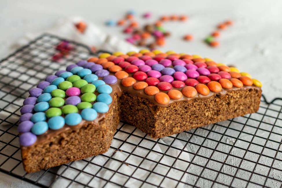 Schmetterlingskuchen Smartieskuchen Smarties Kindergeburtstag Geburtstag bunt Kuchen Schokokuchen Nusskuchen Kinder verzieren Schokolinsen Schmetterling saftig Backen für Kinder