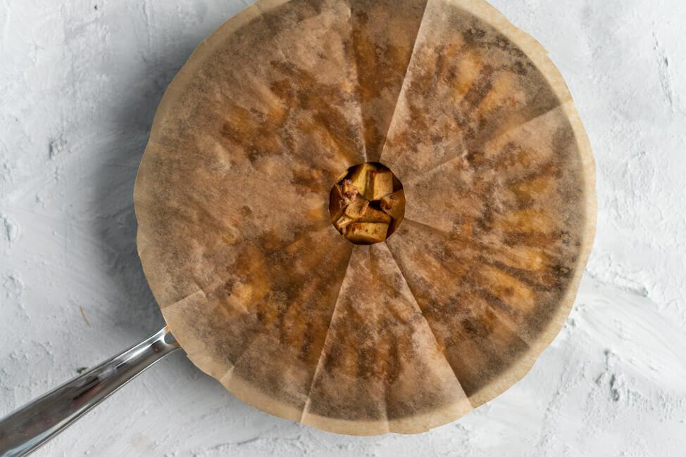 Geschichtete Äpfel für Tarte Tatin mit Backpapier aus Kitchen Impossible Wolfgang Kuchler Taverne zum Schäfli Tim Mälzer Schweiz