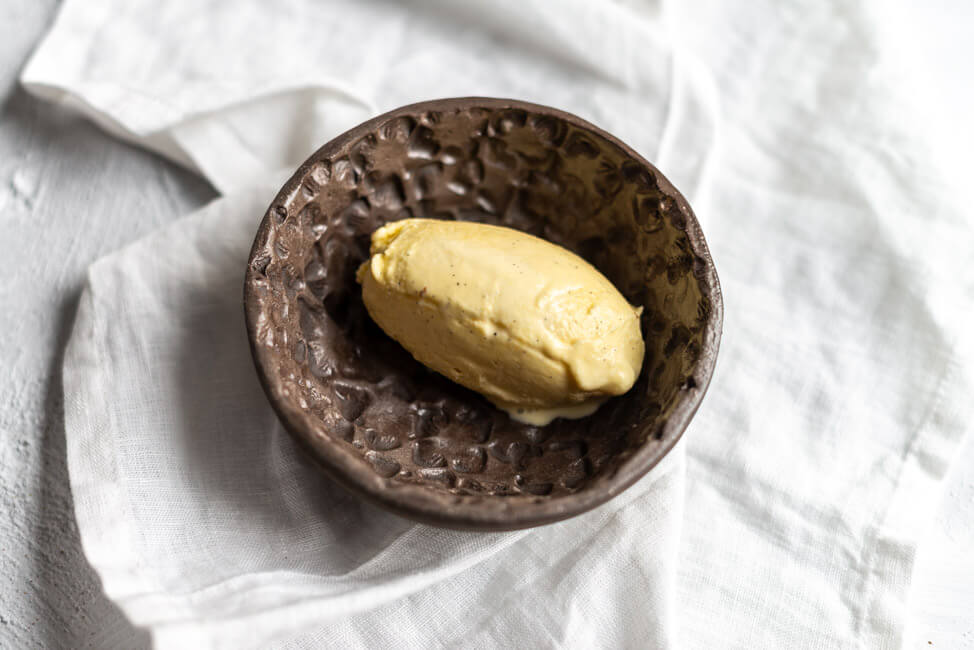 Vanilleeis aus Kitchen Impossible WOlfgang Kuchler Tim Mälzer Schweiz Taverne zum Schäfli Kuchenklassier Backen Karamell Apfelkuchen Karamellsauce mit Balsamico Crumble