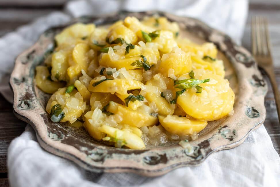 Fränkischer Kartoffelsalat mit Bärlauch Essig Öl Vinaigrette vegan vegetarisch Beilage Grillen Barbecue BBQ Salat Bärlauchzeit Frühling