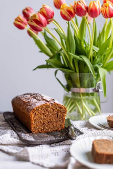 Karottenkuchen Ostern Kastenkuchen saftig Rührteig Haselnüsse Schokolade Karotten Möhren einfach Frühling Osterrezepte 2020