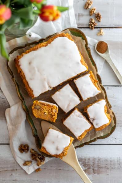 saftiger Möhrenkuchen Möhren Olivenöl Zimt Walnüsse Ostern Osterrezepte 2020 backen Kuchen