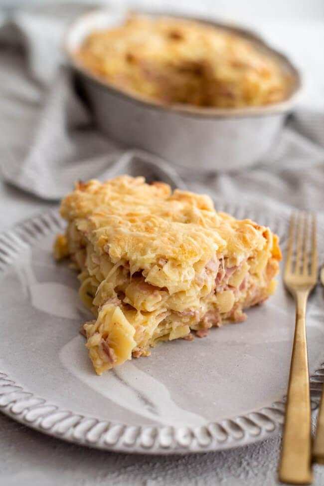 Schinken-Nudelauflauf mit Quark und Käse überbacken auf weißem Teller. #familienrezept #käse #überbacken