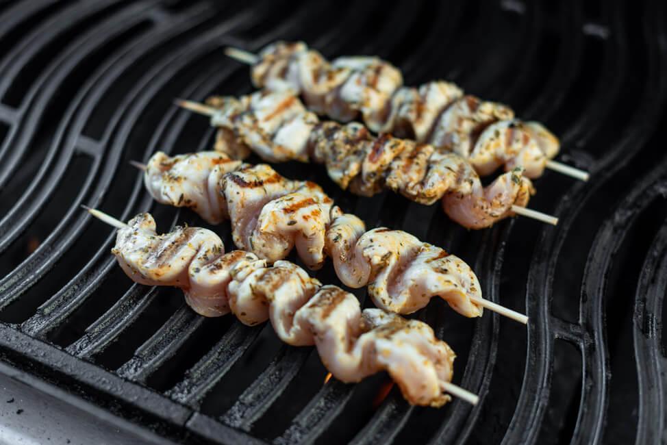 Griechische Hähnchen Souvlaki Spieße auf dem Grill. #grillen #bbq