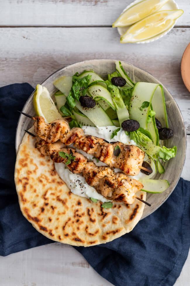 Griechische Hähnchen Souvlaki Spieße auf Pita Brot mit Tzatziki und Gurkensalat. #Grillen #griechischkochen #griechenland